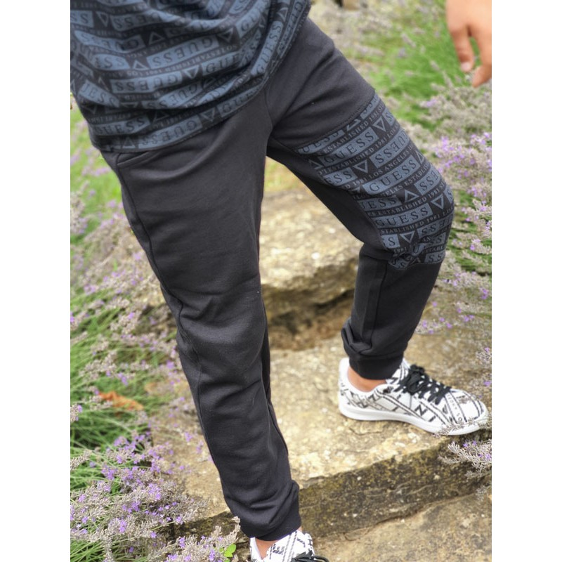 Jogging Guess Joey noir avec inscriptions Guess sur une jambe